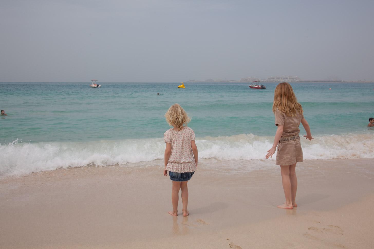 kinderen aan het strand van Dubai